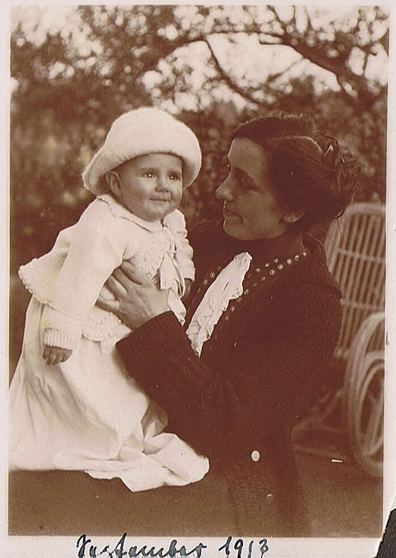 Kleinkind Schmidt mit Mutter