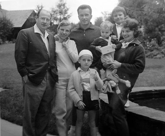 Hagnau am Bodensee, 1963. Wolf Schmidt mit Frau Gretl, Kindern und Schwiegersohn