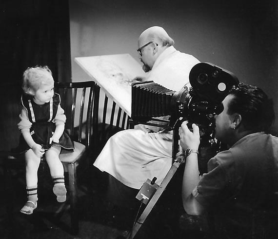 Filmaufnahme: Hans Jürgen Kallmann zeichnet ein Kind.