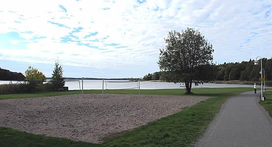 Utsikt mot Hägernäs Strand från skogen